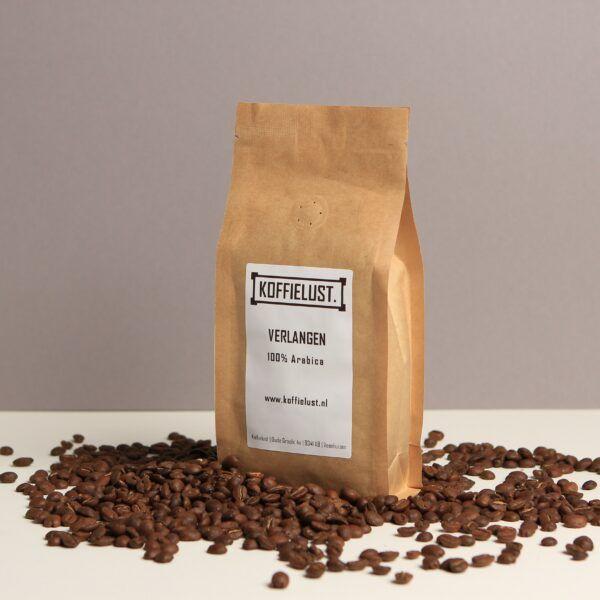 Wild forest koffiebonen die in het wild groeien in Ethiopië.